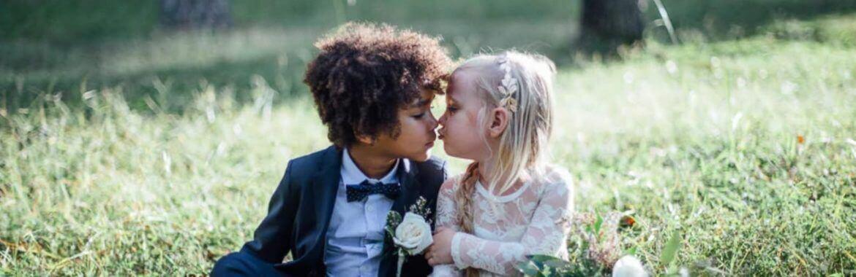 kussende bruidskinderen