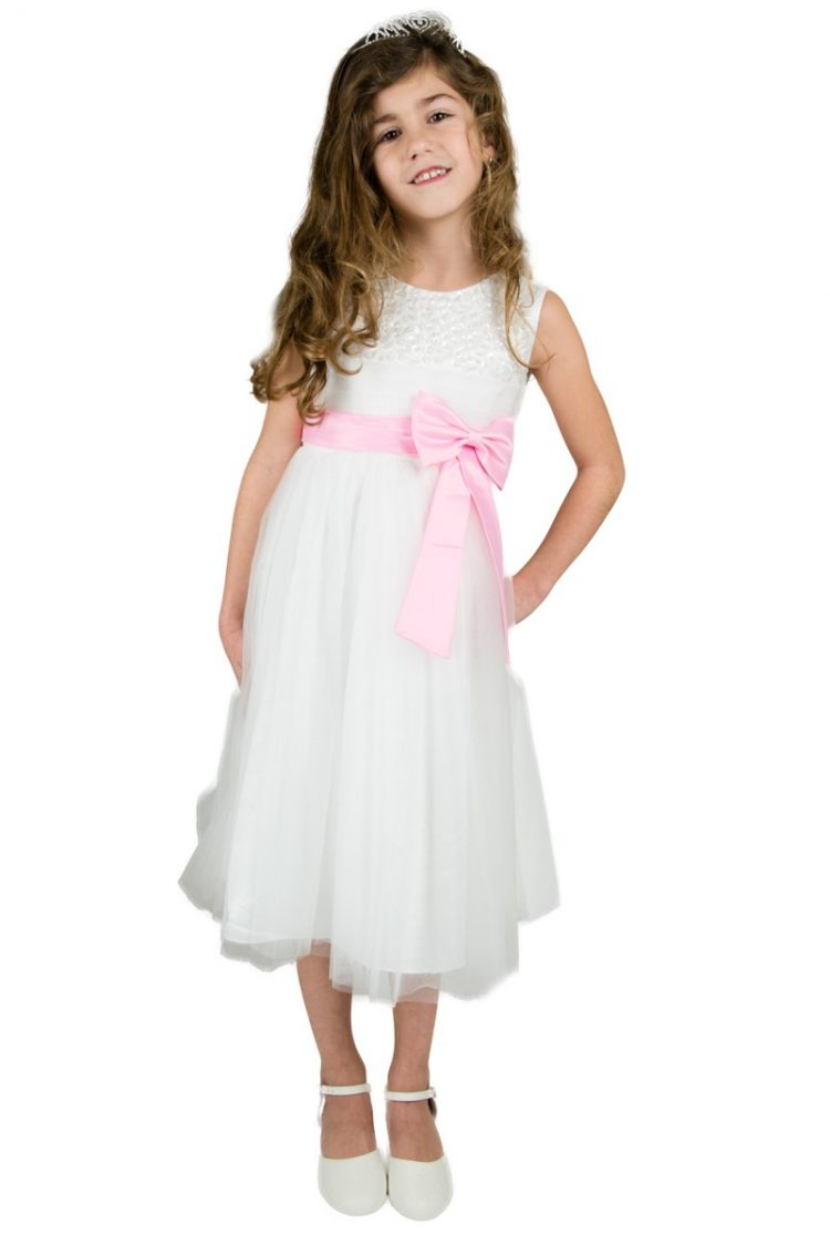 bruidsmeisjesjurk Emma heeft een licht roze strik om haar middel. Ook heeft de jurk een tule rok.