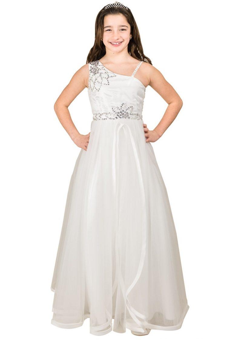 lange bruidsmeisjesjurk in de kleur ivoor. De jurk heeft een brede en een spaghetti bandje op de schouder