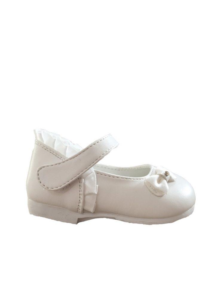 bruidsmeisjesschoentje voor een baby in de kleur ivoor. Over de voet zit een bandje met klittenband sluiting
