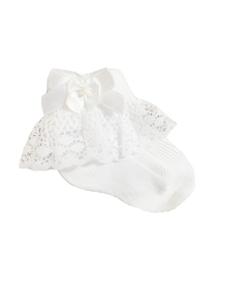 baby bruidsmeisjessokjes in de kleur wit met kant randje en klein strikje