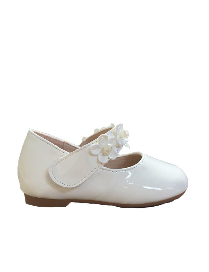 bruidsmeisjesschoen met klittenband sluiting en bloemen op het bandje over de voet