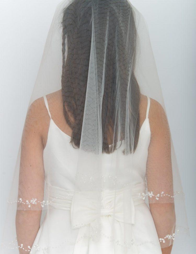Bruidsmeisjes haarband met sluier in de kleur ivoor met kleine pareltjes op het onderste randje
