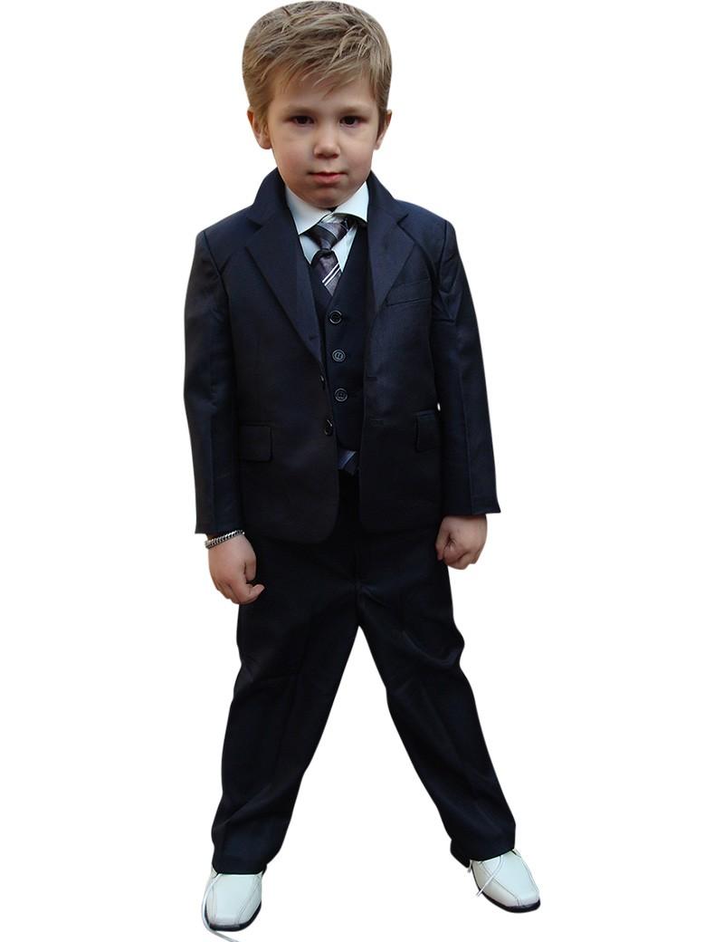 Jongentje draagt een kinderkostuum in de kleur donker blauw