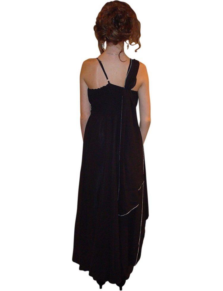 Achterkant zwarte gala jurk. Jurk valt tot op de enkels