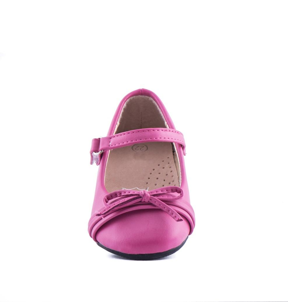 Bruidsmeisjes baby schoen in de kleur Roze met een klei strikje op de neus