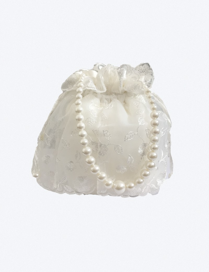 Bruidsmeisjes tasje met kant en een parel ketting