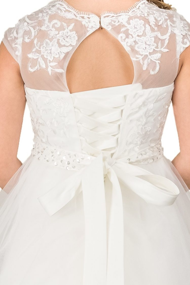 achterkant jurk Lynn met vetersluiting en kant met een stukje open rug