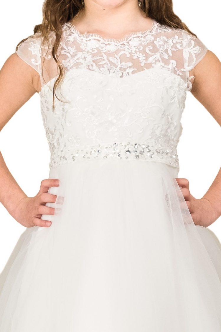 bovenlijfje jurk Lynn met veel kant en een kap mouwtje. Om de middel zit een los riempje.