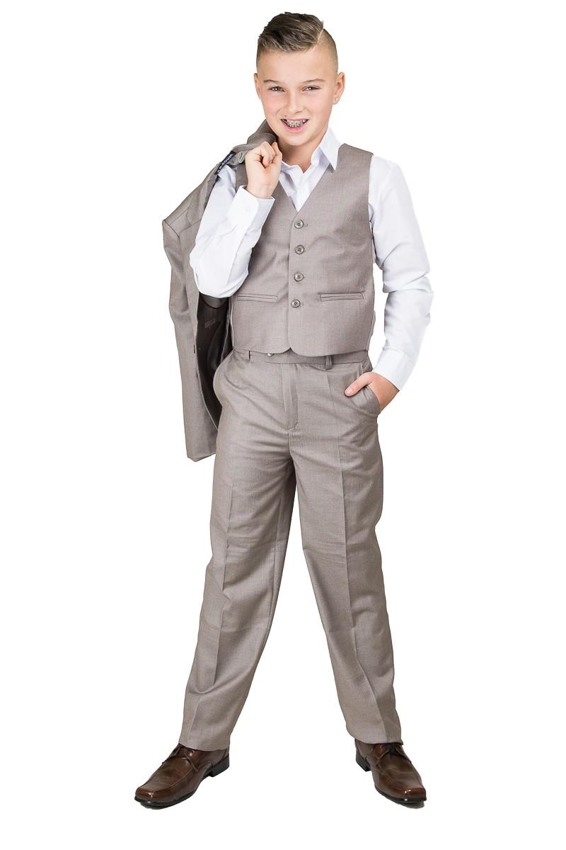 5-delig kinder kostuum in de kleur taupe. In de broek zit elastiek