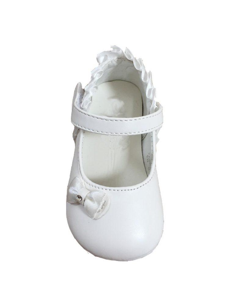 baby bruidsmeisjesschoentje in de kleur ivoor met schuin op de neus een klein strikje