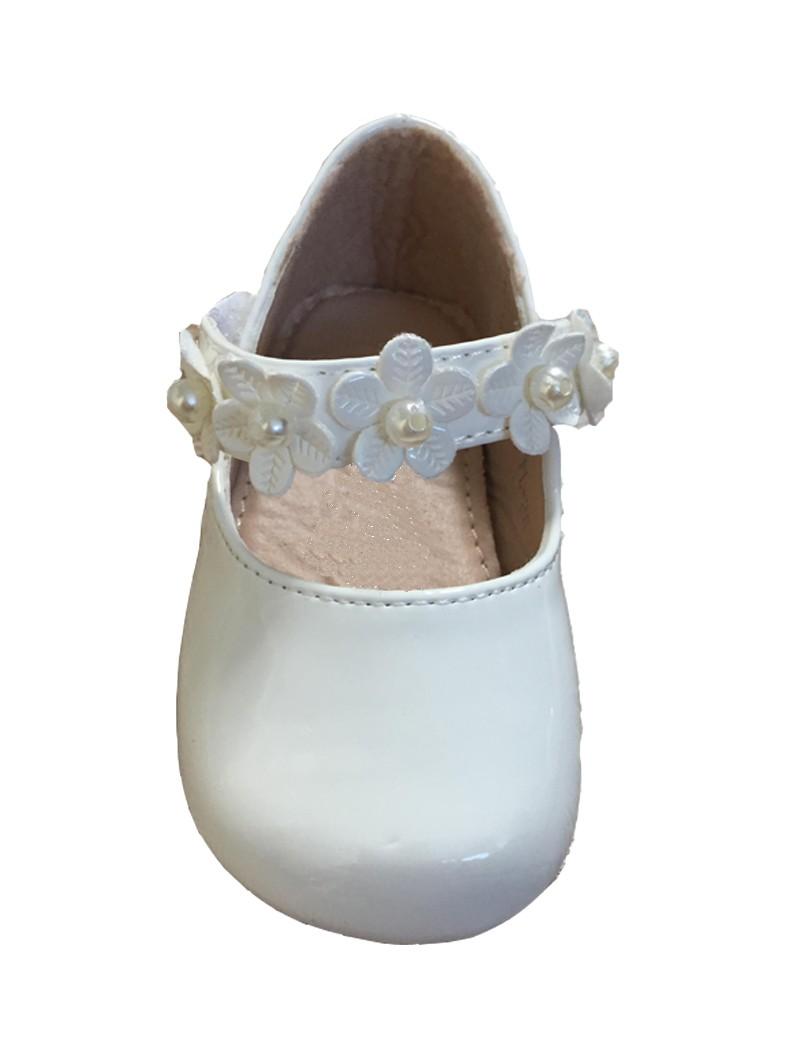 baby bruidsmeisjesschoen in de kleur ivoor met een bloemenbandje over de voet