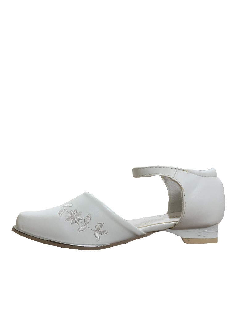 ivoor kleurig bruidsmeisjesschoen met een klein hakje en ronde neus