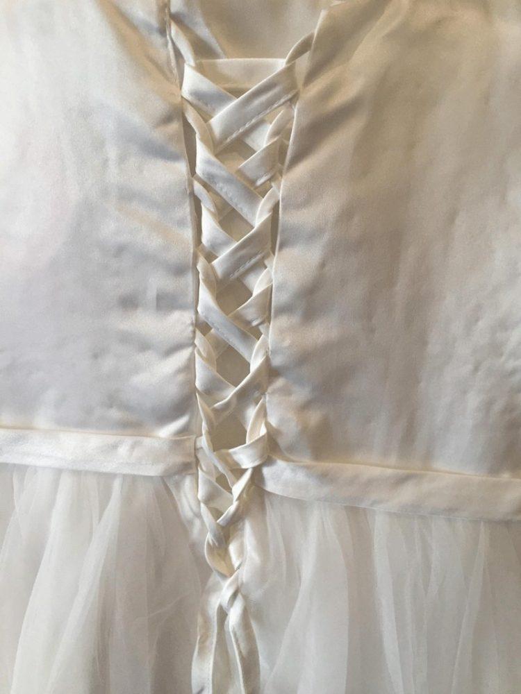 achterkant jurk met vetersluiting