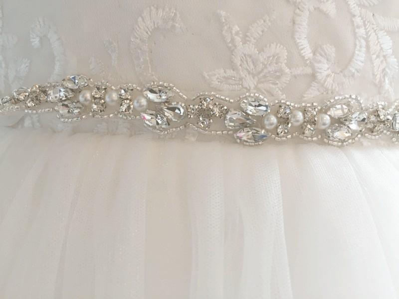 zilverkleurig stras riempje met pareltjes voor een bruidsmeisjesjurk
