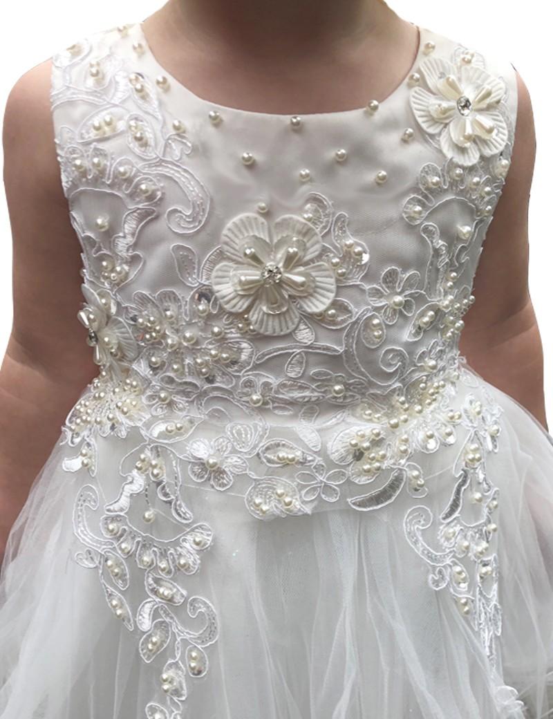 detail foto van bruidsmeisje jurk pip. Er zitten veel parels en pailletjes op het bovenlijfje